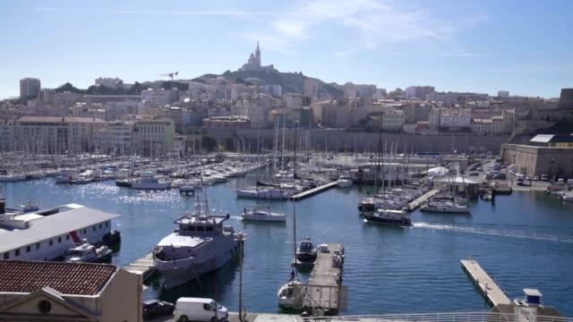 stockvideo's en b-roll-footage met de oude haven vieux port van marseille met basilique notre-dame de la garde - marseille