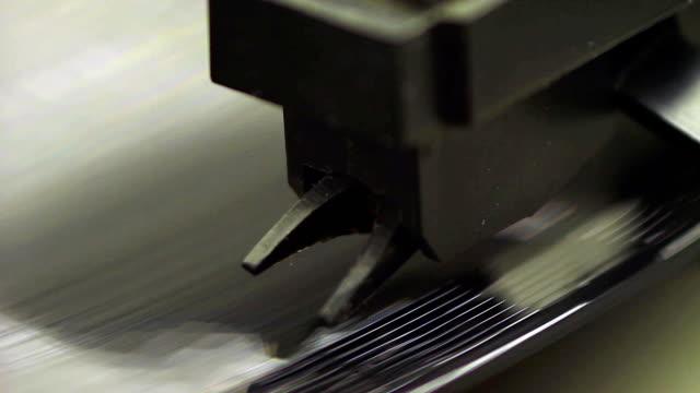 vídeos y material grabado en eventos de stock de el giro de vinilo viejo - disco audio analógico