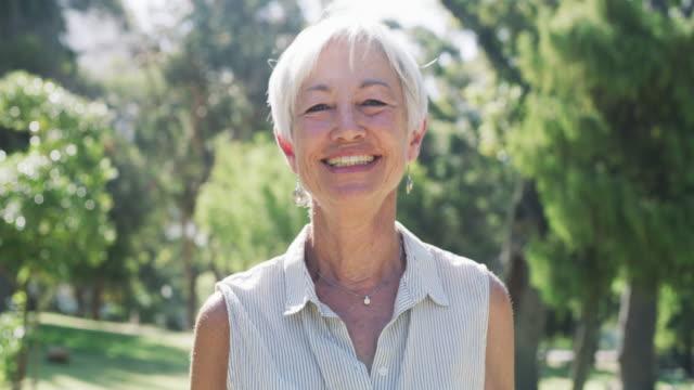 vídeos de stock e filmes b-roll de the older i get the more beautiful life is - senior woman
