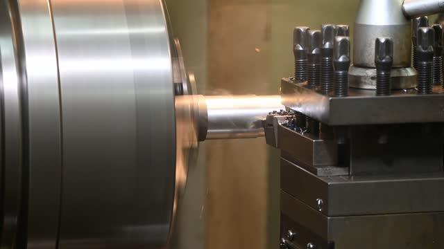 절삭 공구로 금속 샤프트 부품을 절단 하는 선반 기계의 작동. - 척 드릴 부속품 스톡 비디오 및 b-롤 화면