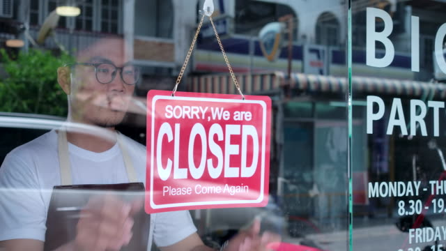 the owner of a small business shop came to closed the shop. - chiuso video stock e b–roll