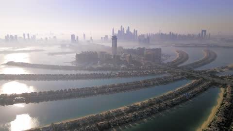 l'isola delle palme a dubai vista aerea degli emirati arabi uniti all'alba. famosa isola artificiale con ville e hotel di lusso - isola video stock e b–roll
