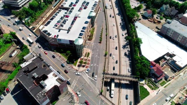 高速道路上ニュー ロシェル ダウンタウンのパノラマ ビデオ - 州間高速道路点の映像素材/bロール
