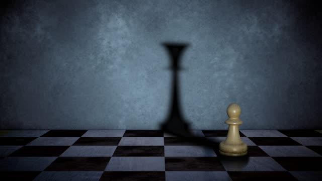 der bauer wirft den schatten der königin - könig schachfigur stock-videos und b-roll-filmmaterial