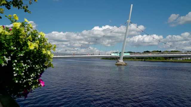 the peace bridge in the city of londonderry - графство дерри стоковые видео и кадры b-roll