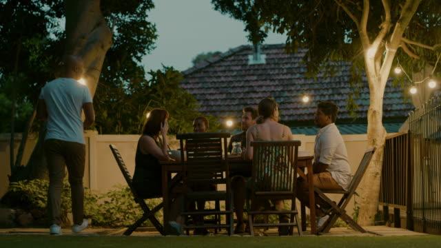 屋外ディナーパーティーに最適な夜 ビデオ