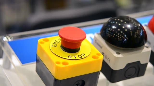 die person klickt einen finger auf den großen roten stop knopf - zahlentastatur stock-videos und b-roll-filmmaterial