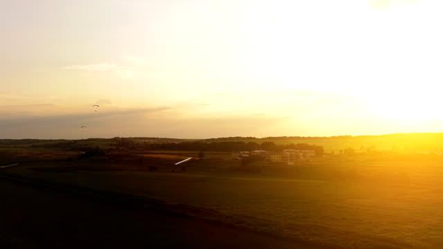 vídeos de stock, filmes e b-roll de a paisagem pitoresca no fundo ensolarado. quadrocopter tiro - sol nascente horizonte drone cidade