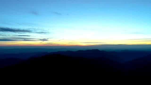 vídeos de stock e filmes b-roll de the picturesque mountains on the sunset background - linha do horizonte sobre terra