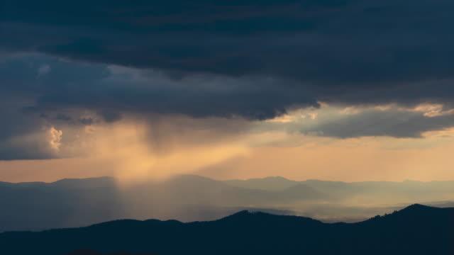 산 위에 그림 같은 비오는 구름 스트림. 시간 경과 - 언덕 스톡 비디오 및 b-롤 화면