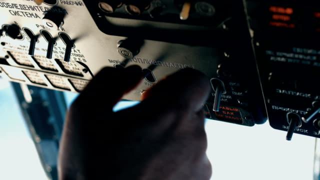 ヘリコプターのパイロットは、飛行の準備をしています。 - ヘリコプター点の映像素材/bロール