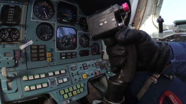 vídeos y material grabado en eventos de stock de el piloto rechaza la palanca de control - air force