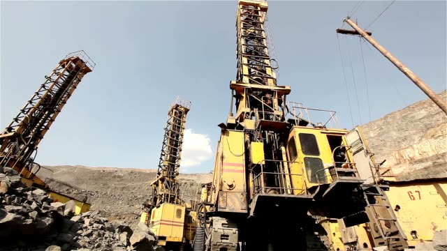 stockvideo's en b-roll-footage met de pit boor panorama, industriële, drilling rig in een steengroeve, grote boren machine - shovel