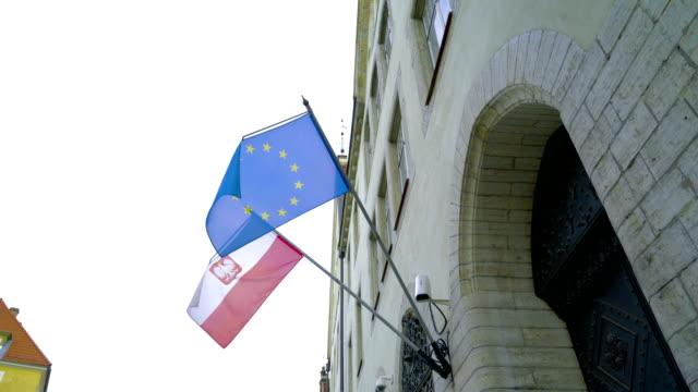 die polan flagge und die eu-flagge - europäische union stock-videos und b-roll-filmmaterial