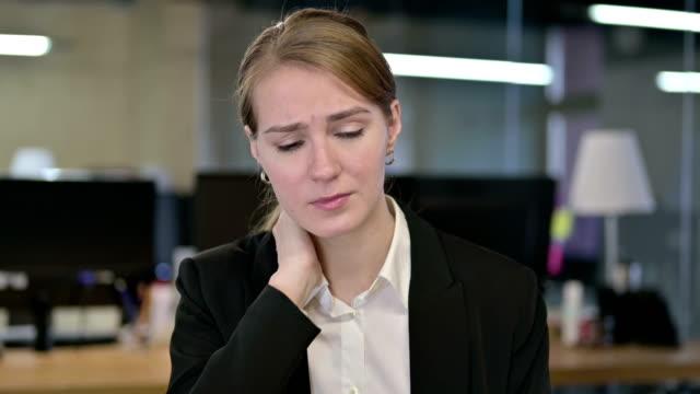 vídeos de stock, filmes e b-roll de o retrato da mulher de negócios nova trabalhadora que tem a dor da garganta - ortopedia