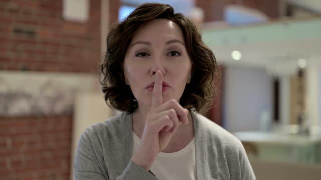 vídeos y material grabado en eventos de stock de el retrato de la anciana poniendo el dedo en los labios - dedo sobre labios