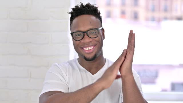 das porträt des erfolgreichen casual african man clapping - dankbarkeit stock-videos und b-roll-filmmaterial
