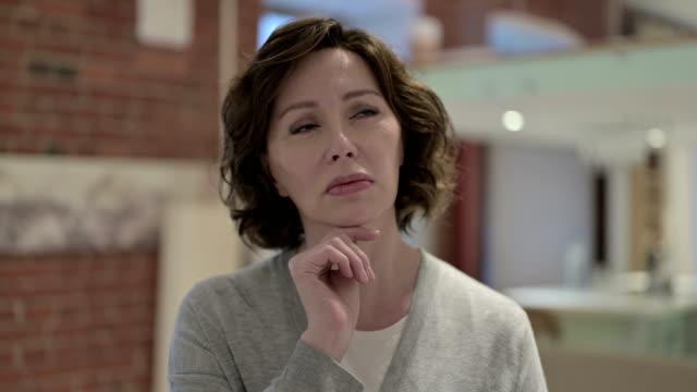 vidéos et rushes de le portrait de la pensée réfléchie de vieille femme - une seule femme d'âge mûr
