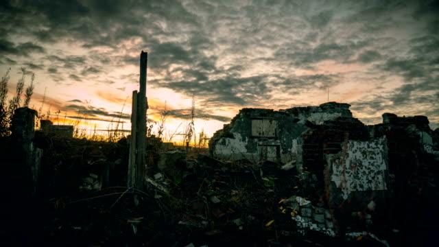 vídeos de stock, filmes e b-roll de o pós-apocalíptica mundo - conflito