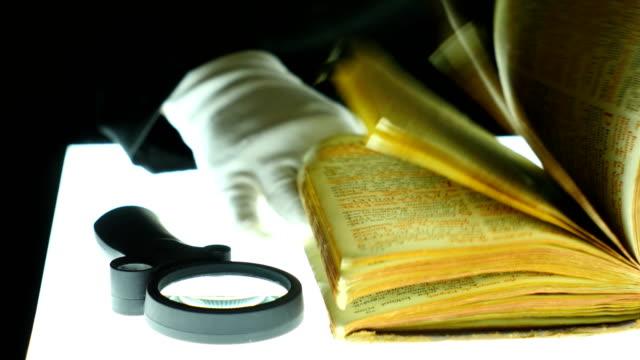 prästen undersöker forntida manuskript - påve bildbanksvideor och videomaterial från bakom kulisserna