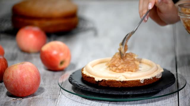 elma pasta montaj işlemi. - kek dilimi stok videoları ve detay görüntü çekimi
