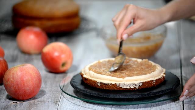 vídeos de stock e filmes b-roll de the process of assembling the apple cake. - teobroma