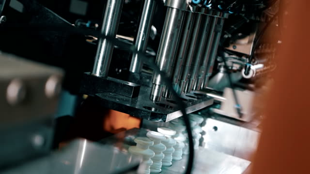 The process of blowing plastic bottles in extrusion equipment video