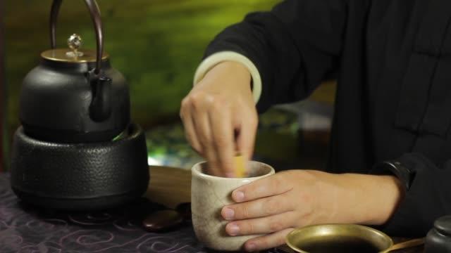 der prozess des bierbrauens matcha grüntee mit traditionellen japanischen gerichten am tisch - grüner tee stock-videos und b-roll-filmmaterial