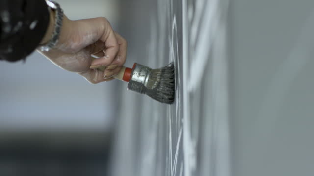 processen att skapa en väggmålning. - väggmålning bildbanksvideor och videomaterial från bakom kulisserna