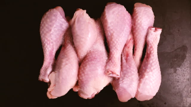 The process of defrosting chicken drumsticks in the timelapse video