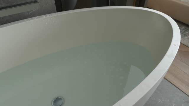 Le processus de drainage d'eau dans la salle de bains, 4k, time-lapse - Vidéo