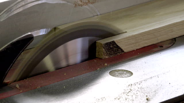 the process of longitudinal cutting thick wooden boards on special woodworking machines with the help of circulating saws - trociny wytworzony przedmiot filmów i materiałów b-roll