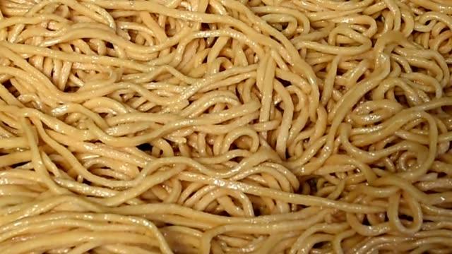 vidéos et rushes de le processus de fabrication de nouilles acehnese - spaghetti bolognaise