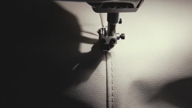 vidéos et rushes de le processus de pièces de cuir blanc à l'aide d'une machine à coudre. - coudre