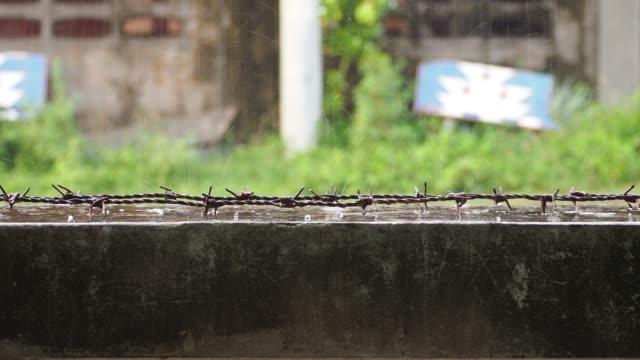 der regen traf sanft die wand.4k. - indochina stock-videos und b-roll-filmmaterial
