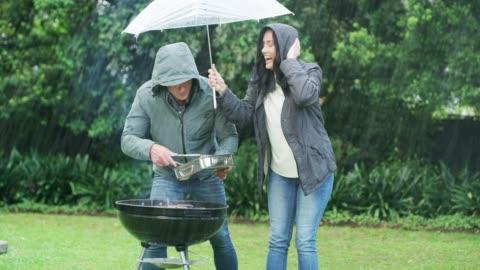 vidéos et rushes de la pluie n'arrêtera pas leur barbecue - pluie