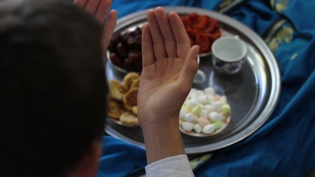 ramazan iftar. adam dua - ramazan stok videoları ve detay görüntü çekimi