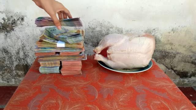 das verhältnis von venezolanischem geld zu hühnerfleisch - inflation stock-videos und b-roll-filmmaterial