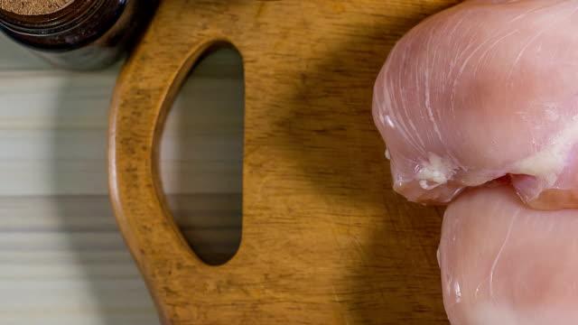 vídeos de stock, filmes e b-roll de o peito de frango cru com endro pronto para cozinhar - ave doméstica