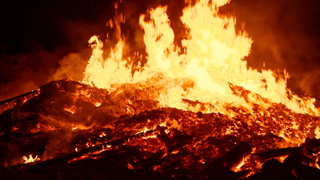 vídeos de stock e filmes b-roll de the real flame of a huge fire the camera approaches very close to the center of the fire and smoothly moves back - inferno fogo