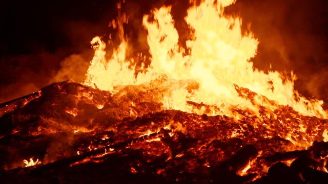 vídeos de stock, filmes e b-roll de a flama real de um enorme incêndio a câmera aproxima-se muito perto do centro do fogo e suavemente se move de volta - inferno fogo