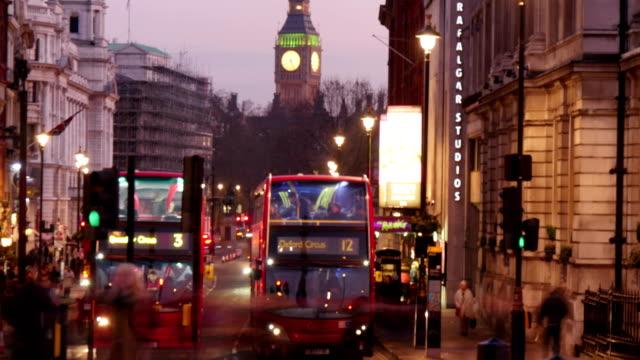 ロンドンの路上で赤いバス ビデオ