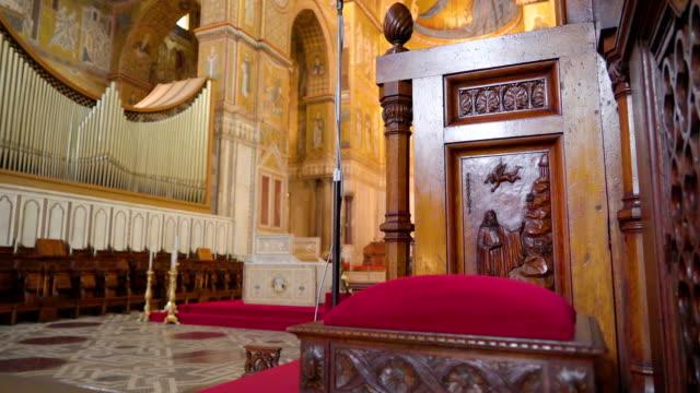 シチリア島パレルモの大聖堂の椅子に赤いクッション - モンレアーレ点の映像素材/bロール