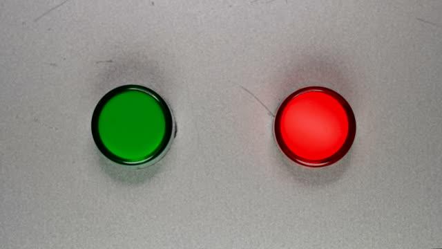 die rote leuchte blinkt - wachsamkeit stock-videos und b-roll-filmmaterial