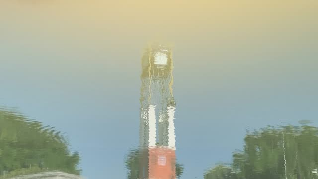 vídeos de stock e filmes b-roll de the reflection of the clock tower at the pond in the park. - climate clock