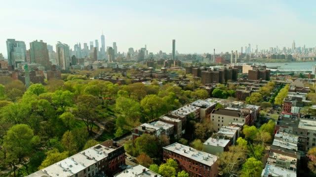 住宅地とフォート グリーン パーク ブルックリンからマンハッタンのダウンタウンの金融街へリモート撮 - 緑 ビル点の映像素材/bロール