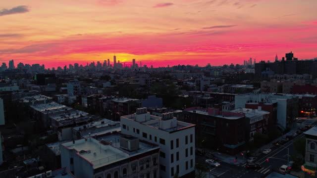 die remote-ansicht, das manhattan downtown aus brooklyn, in einem wohnquartier. - panorama stock-videos und b-roll-filmmaterial