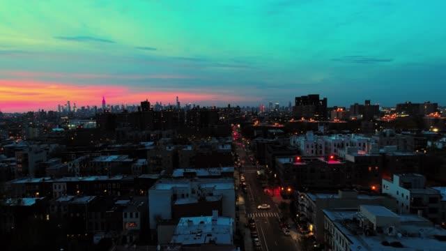 fjärrvyn till den manhattan downtown från brooklyn, över bostadsområdet. - nattliv bildbanksvideor och videomaterial från bakom kulisserna