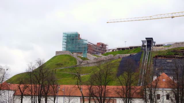 die wiederherstellung der berg gediminas in nach einem erdrutsch, panorama - litauen stock-videos und b-roll-filmmaterial