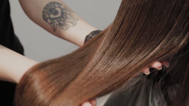 美容院での髪の矯正の結果 - ダメージ点の映像素材/bロール